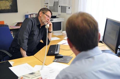 In der Staatskanzlei werden die Daten von links Erich von Rotz und Armin Eberli zusammengetragen. (Bild: Corinne Glanzmann / Neue NZ)