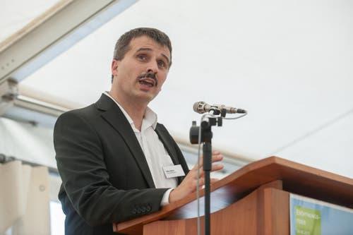 Mike Märki, Geschäftsführer Speicherbibilothek, spricht vor dem Publikum. (Bild: Boris Bürgisser (Neue LZ))
