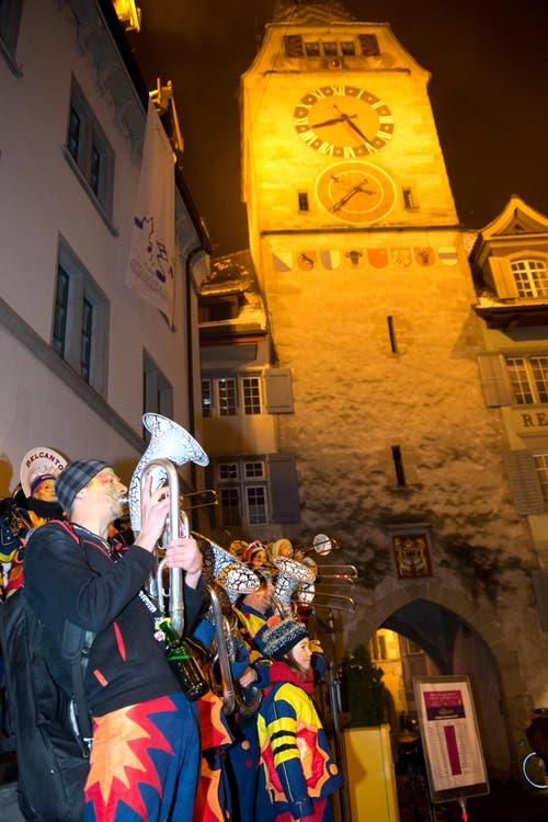 Impressionen vom Chesselwy in der Altstadt Zug. Fotografiert am 12. Februar 2015 in Zug. Neue ZZ/Maria Schmid Fasnacht, Umzug, Fasnächtler, Musik, Guggenmusik, Konfetti, Kinder, Menschen, (Bild: Maria Schmid / Neue ZZ)