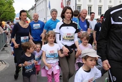 Läuferinnen und Läufer der Kategorie 3 sind unterwegs am Stadtlauf. (Bild: Sara Häusermann / Luzernerzeitung.ch)