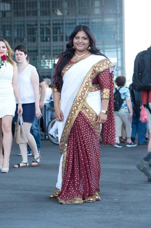 Nasha Paramsothy, 19, Detailhandelassistentin, Luzern: «Ich habe meinen Sari nicht nur extra aus Indien gekauft, sondern auch massschneidern lassen. Das kostete rund 600 Franken. Ich glaube, dass man mich aufgrund meines ansteckenden Lachens kennt.» (Bild: Neue LZ/Dominik Wunderli)