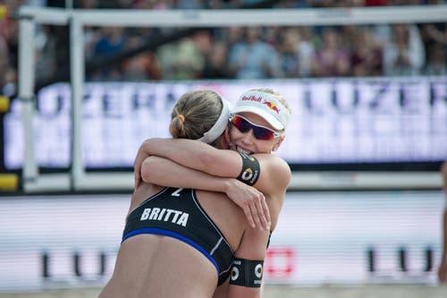 Die Siegerinnen der Damen, die Deutschen Karla Borger (Brille) und Britta Büthe. (Bild: Pius Amrein / Neue LZ)
