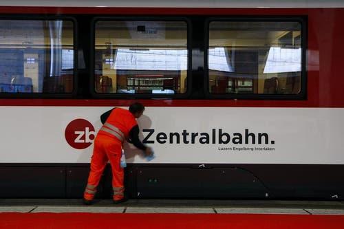 Ein Wagon der Zentralbahn wird gereinigt. (Bild: Keystone)