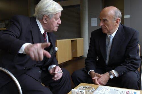Helmut Schmidt und Alt-Bundesrat Hans-Rudolf Merz unterhalten sich am Rande des World Ageing and Generations Congress am 1. Oktober 2005 an der Universität St.Gallen miteinander. (Bild: Keystone)