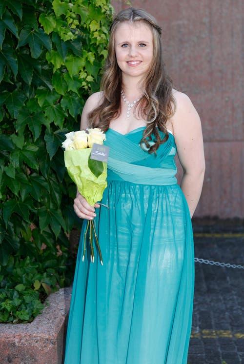 Michelle Weber, 20, Kauffrau, Arth: «Ich wollte ein Kleid, das oben eng und unten weit ist. Beim Surfen im Internet habe ich dann genau das gefunden, was ich wollte. Ich bin happy.» (Bild: Patrick Hürlimann / Neue ZZ)