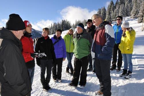 Lager-Koordinator Samuel Renggli (zweiter von links) informiert die Gäste über das sportliche Angebot des diesjährigen Lagers. (Bild: Robert Hess / Neue OZ)