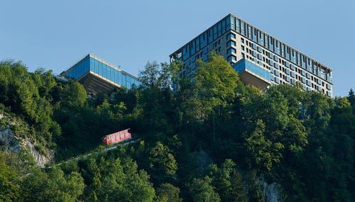 Blick auf das Bürgenstock-Hotel mit der Bürgenstock-Bahn. (Bild: PD)