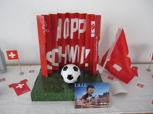 In der Wohnung habe ich die Schweiz. Nicht zu sehen sind T-shirt, Fahne, Pfeife, Schminke und Schal, denn wenn ich raus gehe habe ich die Qual der Wahl. Etwas ist immer dabei, für einen super Jubel-Schrei ! (Bild: Gaby Barlocchi, Minusio)