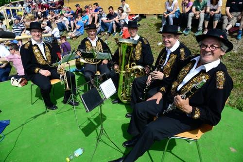 Schöne Melodien präsentiert die Sechser-Musik Sachseln in der Arena. (Bild: Robert Hess / Neue OZ)