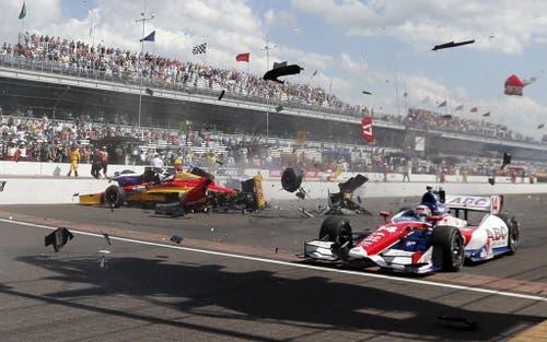 Sebastian Saavedra (links) von Kolumbien trifft den Russen Mikhail Aleshin beim Indy-Car-Rennen in Indianapolis. (Bild: Keystone)