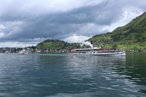 Begegnug der Dampferparade: 5 Dampfschiffe auf dem Vierwaldstättersee. (Bild: Leserbild Heinrich Inderbitzin)