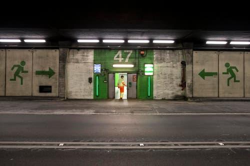 Notausgang im Gotthard-Strassentunnel: Der Tunnel bleibt während den Arbeiten von 22 bis 5 Uhr gesperrt. (Bild: Keystone / Alexandra Wey)