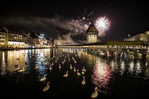 1. Januar: Gegen 20 Uhr begrüssen die Luzerner beim Neujahrszauber das neue Jahr 2014 mit einem fulminanten Feuerwerk. (Bild: Keystone)