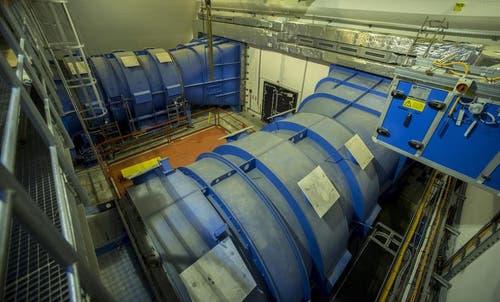 Ventilatoren, welche die Tunnels und Stollen mit Frischluft versorgen, aufgenommen bei einer Nothaltestelle im Berg. (Bild: Keystone)