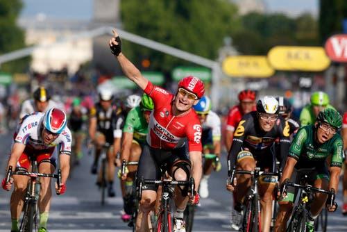 Der Deutsche André Greipel gewinnt die letzte Etappe in Paris. (Bild: Epa / Yoan Valat)