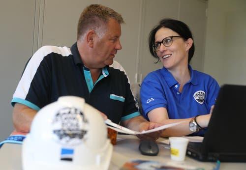 ESAF-Direktorin Isabelle Emmenegger und ihr Stellvertreter Rolf Gasser arbeiten in einem Büro: Hier laufen viele Fäden der grossen Organisation zusammen. (Bild: Swiss Image / Andy Mettler)