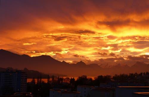 07.45 Uhr. Das war der Abschluss einer tollen Bilder-Kulisse heute Morgen in Luzern. Danach wurde es grau in Grau. (Bild: Georgette Baumgartner-Krieg)