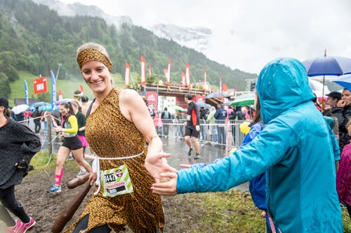 Die Zuschauer tun ihr Bestes für die Laufenden. (Bild: Roger Gruetter / Neue LZ)
