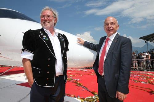 Pilatus-Chef Oscar J. Schwenk, zusammen mit Bundesrat Ueli Maurer vor dem neuen Jet. (Bild: Philipp Schmidli)