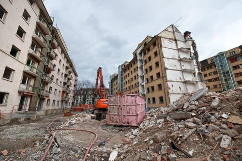 Die ABL baut dort für 170 Millionen Franken einen Neubau mit Wohnungen, Läden und Dienstleistungsbetrieben. (Bild: Dominik Wunderli / Neue LZ)