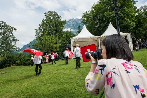 1. August Feier auf dem Rütli: Junge Fahnenschwinger in Aktion, fotografiert von einer geladenen Diplomatin. (Bild: Roger Grütter / Neue LZ)