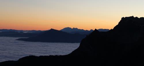 Blick vom Mittaggüpfi Richtung Osten am 02.11.2015 / 06.55 Uhr (Bild: von Allmen Paul)