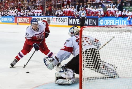 Der Tscheche Jan Kovar (L) in Aktion gegen den Schweizer Goalie Reto Berra (R). (Bild: FILIP SINGER)