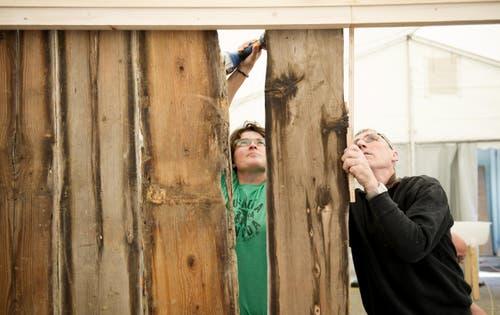 Silvia van De Velde und Theo Felder beim Aufbau der Walliser Stube. (Bild: Corinne Glanzmann)
