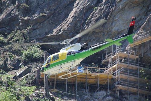 Am 16. Juni bringt der Helikopter im Minutentakt die Abdeckmatten. (Bild: René Meier / Luzernerzeitung.ch)