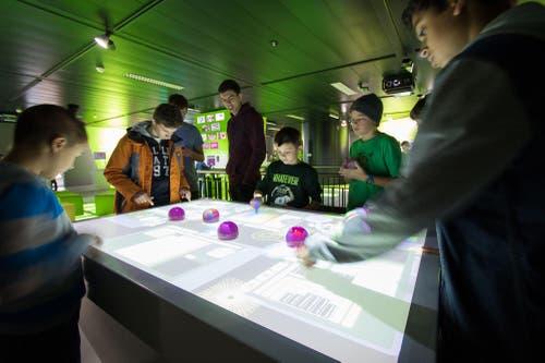 Über 100 Jugendliche tauchten mit der ti8m AG in die Welt der Informatik ein. (Bild: PD/www.ti8m.ch)
