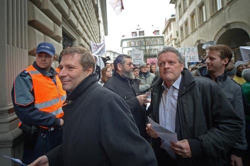 Finanzdirektor Marcel Schwerzmann (l.) kämpft sich durch die Menge. (Bild: Pius Amrein/Neue LZ)