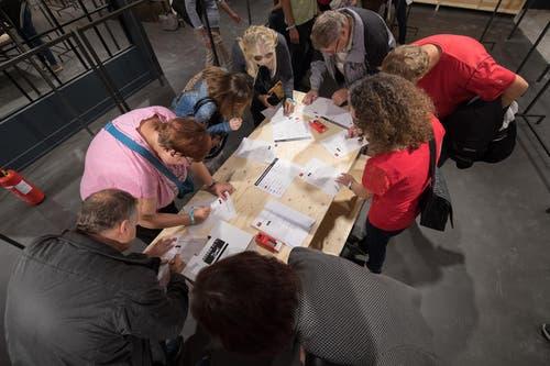Die Testkunden füllen einen Fragebogen aus. (Bild: Boris Bürgisser (Ebikon, 18. Oktober 2017))