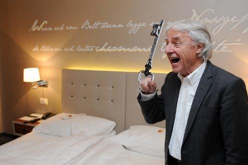 31. Mai: Der Kabarettist Emil Steinberger (80) ist von Radio Pilatus zum ersten Ehren-«Rüüdige Lozärner» gewählt worden. Vom Hotel Schweizerhof erhielt Emil den Schlüss zu seinem persöndlichen Zimmer. (Bild: Boris Bürgisser / Neue LZ)