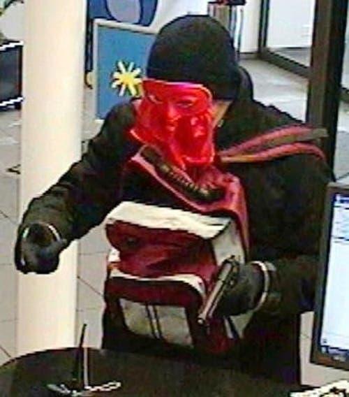 Ein fasnächtlich maskierter Bankräuber überfällt die Kantonalbank in Rothenburg. (Bild: Luzerner Polizei)