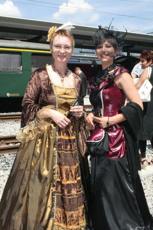Nostalgische Züge gab es am Jubiläum zu bewundern - und Frauen in historischer Tracht. Von links: Rosmarie Huber und Beatrice Abächerli. (Bild: Marion Wannemacher / Neue OZ)