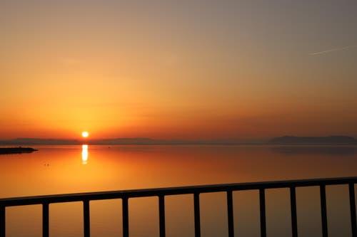 Romantischer Sonnenaufgang am Ufer des Lac de Neuchâtel. (Bild: Xaver Husmann)