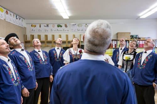 """Die Mitglieder vom """"Echo vom Rotbach"""" aus Hellbühl wärmen sich beim Einsingen auf. (Bild: Alexandra Wey/Keystone)"""
