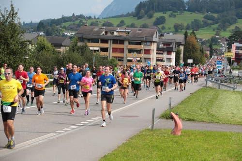 Impressionen von der Strecke und dem Zieleinlauf in Sarnen. (Bild: Roger Zbinden (Neue LZ))
