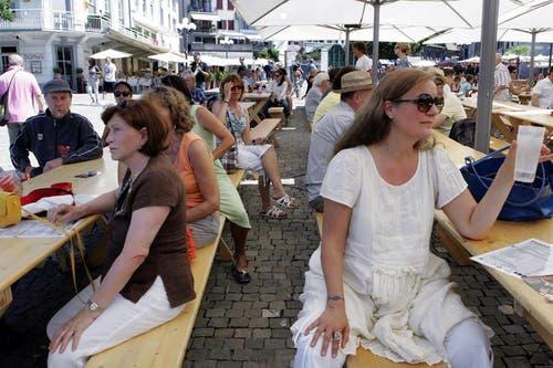 Besucher an der 1.August-Feier auf dem Landsgemeindeplatz in Zug. (Bild: Werner Schelbert / Neue ZZ)