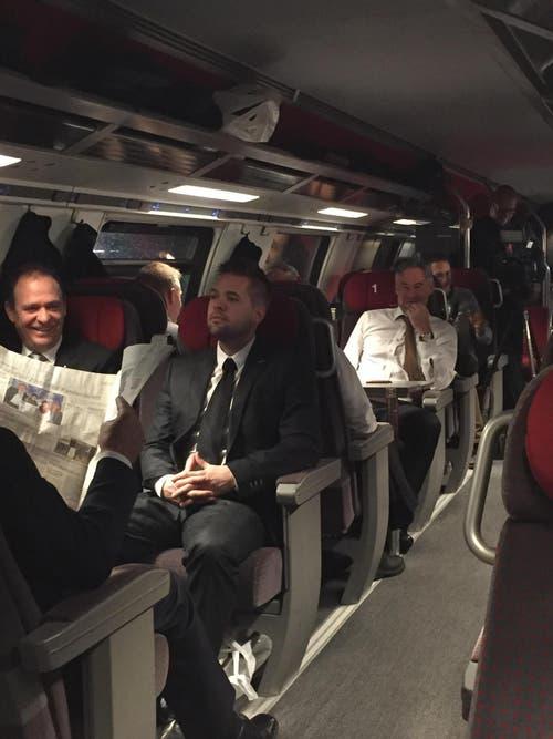 Die Delegation des Kantons Zug unterwegs an die Bundesratswahl. Die Stimmung ist gut. (Bild: Harr Ziegler / Neue ZZ)