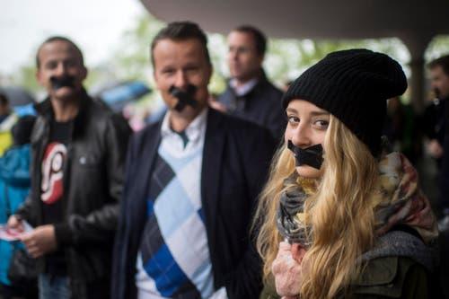 Zürich: Ein Demonstrant der Jungfreisinnigen mit zugeklebtem Mund protestiert gegen die nicht-Bewilligung einer Kundgebung der Jungfreisinnigen, Jungen SVP und up!. (Bild: Keystone)