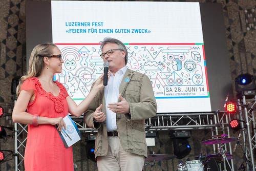 Stadtpräsident Stefan Roth bei der Check-Übergabe im Pavillon. (Bild: pd)