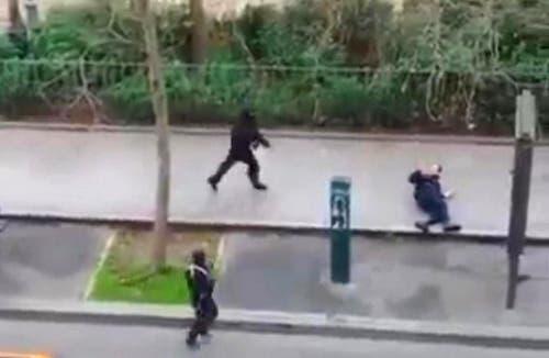 7. Januar: Paris erlebt Tage des Schreckens durch islamistisch begründeten Terror. Am 7. Januar dringen zwei Maskierte in die Redaktionsräume der Satirezeitschrift Charlie Hebdo ein und erschiessen insgesamt zwölf Personen. Tags darauf wird eine Polizistin von einem dritten Täter erschossen. Dieser überfällt am 9. Januar einen jüdischen Supermarkt, nimmt Geiseln und verschanzt sich. Vier Personen werden dabei getötet. Das Attentet auf Charlie Hebdo löst weltweit eine Welle der Solidarität und Proteste für die Meinungsfreiheit aus. (Bild: Keystone / AP Photo)