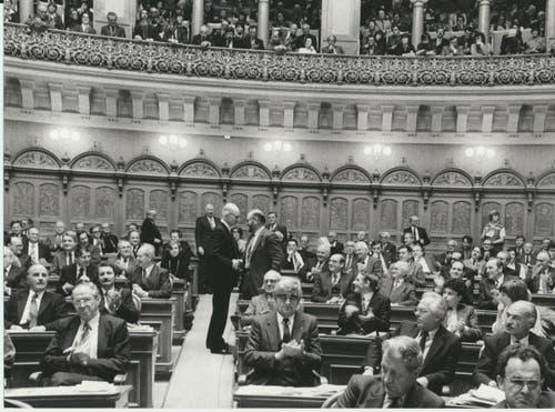 Nationalrat Valentin Oehen gratuliert Alphons Egli zur Bundesrat-Wahl im Jahr 1983. (Bild: Keystone / Str)