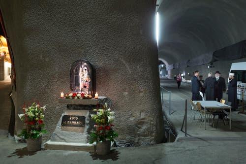 Eine Statue der Heiligen Barbara, der Schutzpatronin der Mineure, bei der Segnung des Gotthard Tunnels. (Bild: Keystone / Gaetan Bally)