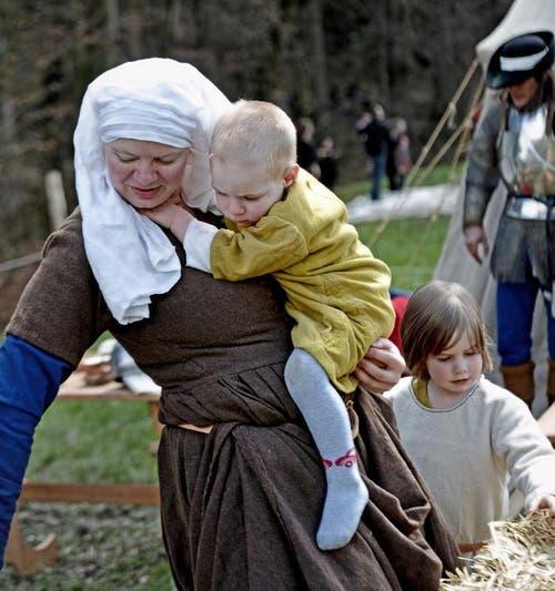 Tania Maier mit Sohn Silas und Tochter Nara, im Hintergrund Jack Balmer. (Bild: Nadia Schärli / Neue LZ)