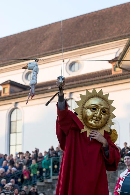 ... die Gans ist ab. Wer steckt hinter der Sonnenmaske? (Bild: KEYSTONE/Alexandra Wey)