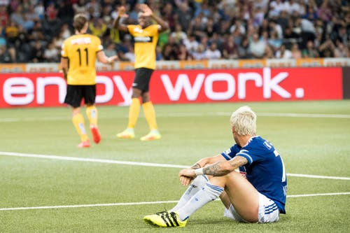 Markus Neumayr muss mitansehen, wie die Berner den zweiten Treffer feiern. (Bild: Anthony Anex / Keystone)