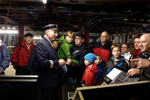 Die Interessierten erschienen zahlreich und liessen sich Teile sowie den Bau des neuen Motorschiffes zeigen und erklären. (Bild: Nadia Schärli / Neue LZ)
