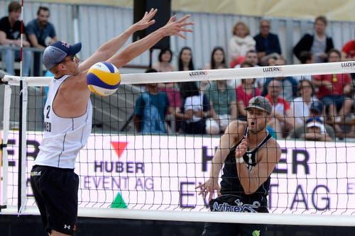 Jonas Kissling (rechts) mit einem Smash gegen den Holländer Robert Meeuwsen. (Bild: Keystone)